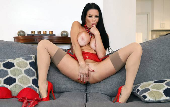 momishorny-veronica-avluv-veronica-avluv-squirts-from-anal