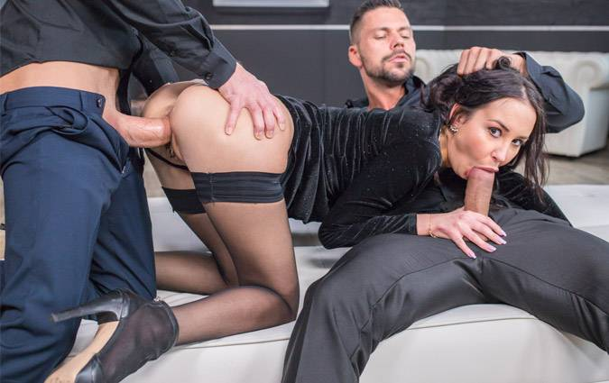 private-freya-dee-debuts-with-extreme-dp-threesome